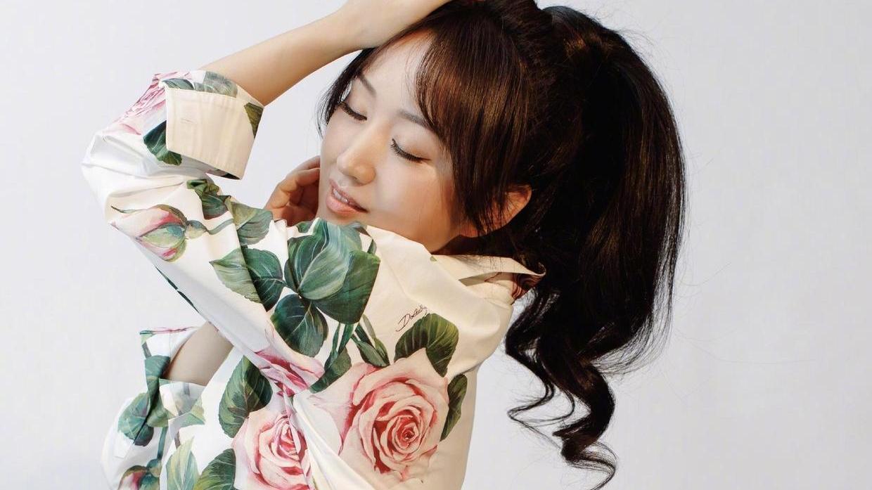 杨钰莹49岁依旧满脸胶原蛋白,穿红色印花裙优雅大气,嫩得像18岁