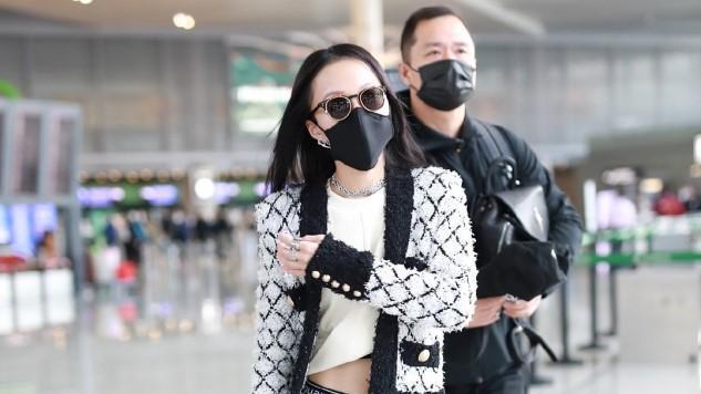 张韶涵穿露腹装走机场,大冬天外套里只穿白T恤,低腰裤太显腿短