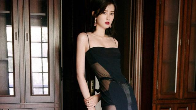 乔欣也换风格了,穿黑色细带吊连衣裙大秀身材,10cm高跟鞋抢眼