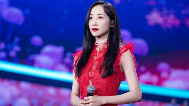 韩雪穿衣好精致,把别人不敢穿的红色连衣裙穿出了高级感,厉害了