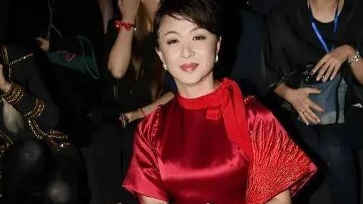 金星品味真的很不错,真丝红裙配钻石手包看秀,精致得像豪门贵妇