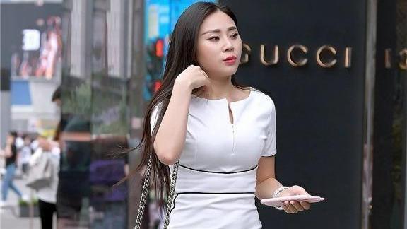 白色连衣裙搭配黑色波纹单肩包,大气端庄,时尚减龄