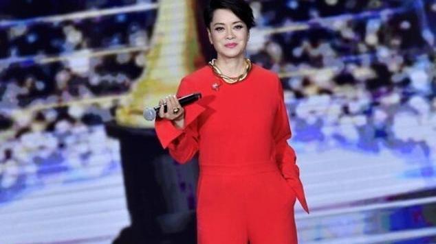 57岁毛阿敏真胆大,穿红色连体裤配大金项链,果然气质重要啊!