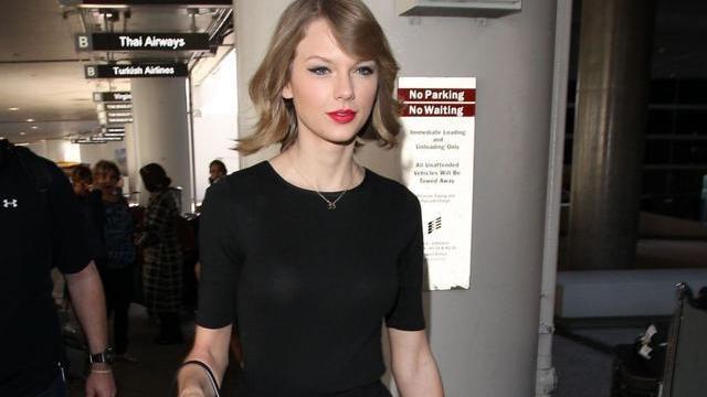 泰勒·斯威夫特一袭黑色连身裙靓丽迷人,手提吉他气质出众!