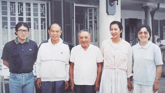朱玲玲送别97岁前婆婆,披肩发穿复古长裙,彰显六旬阔太优雅美