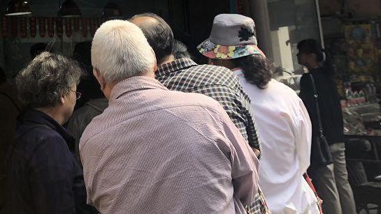 杭州人排队1小时只为买只鸡!很多人加价点外卖,每人限购2只