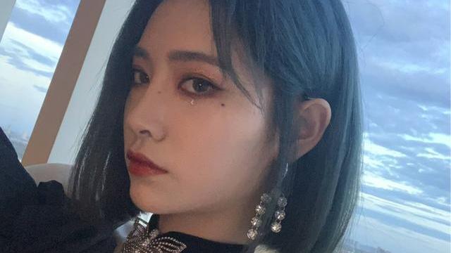 许佳琪蝴蝶首饰甜美可爱,耳骨链时尚潮流,不愧是穿搭时尚达人!