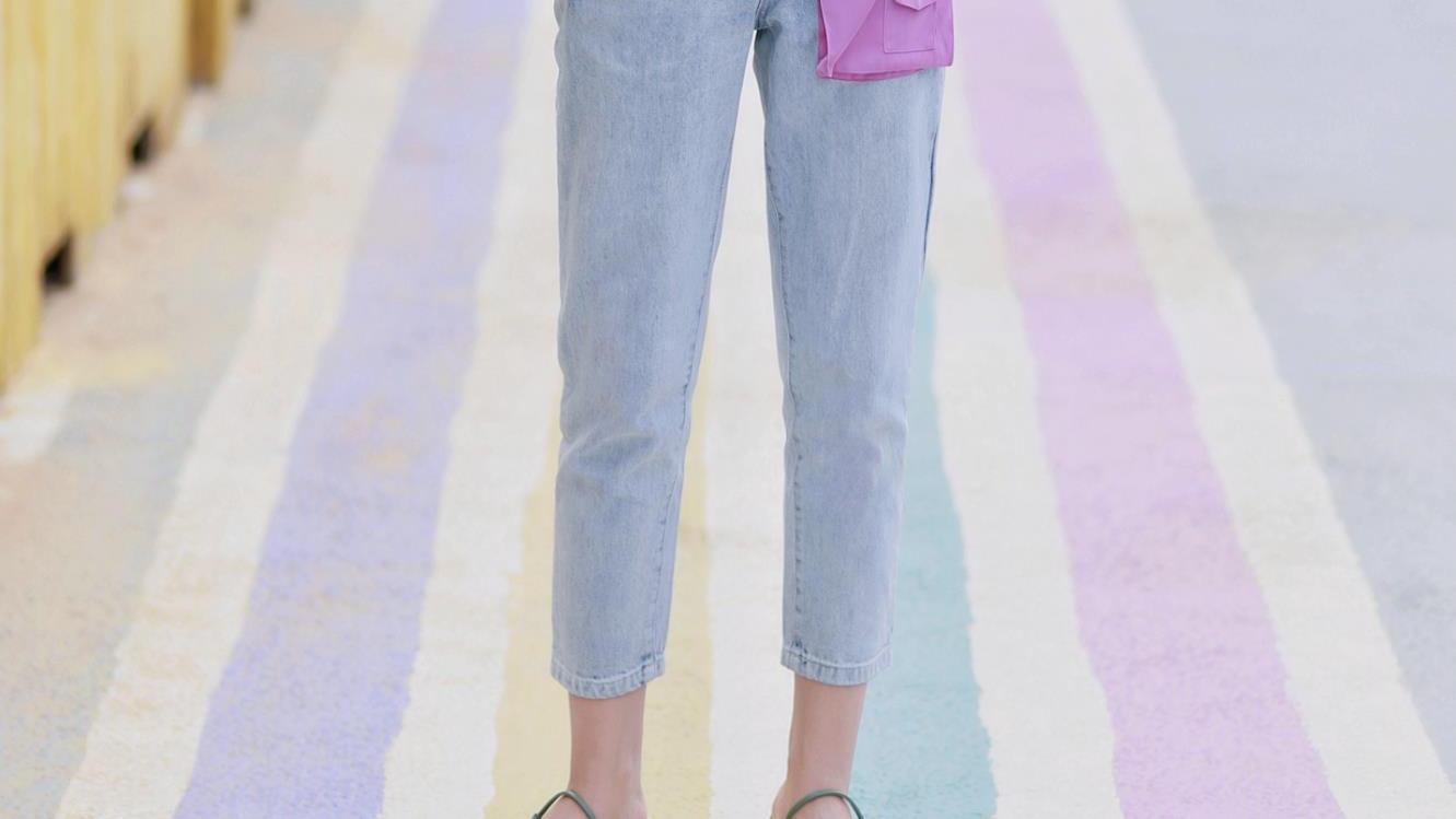 夏天,想把牛仔裤穿出时髦感?配对这几双鞋子是关键,清爽又好看
