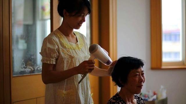 老年妇女60岁,出门描眉抹口红是什么心理?你们理解吗?