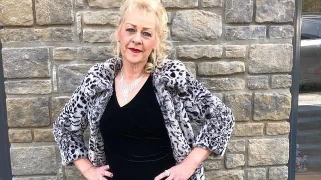 英国57岁老妇沙龙做美甲,意外刺穿角质层,一半手指遭截肢
