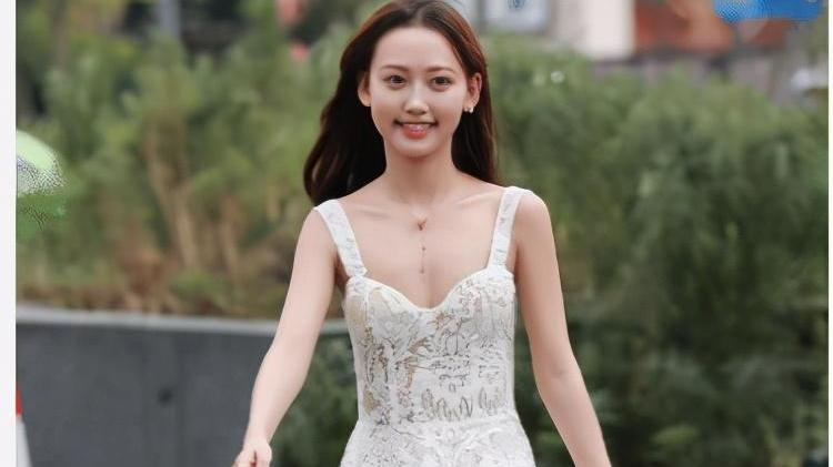 白色碎花连衣裙搭配银色背包,优雅高级,仙气十足