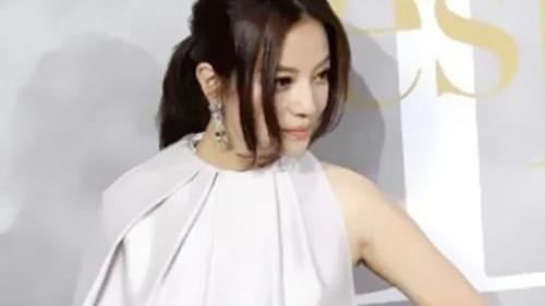 """44岁赵薇飘了""""肚兜""""当衬衫,腰间配块黑布当""""时尚"""""""