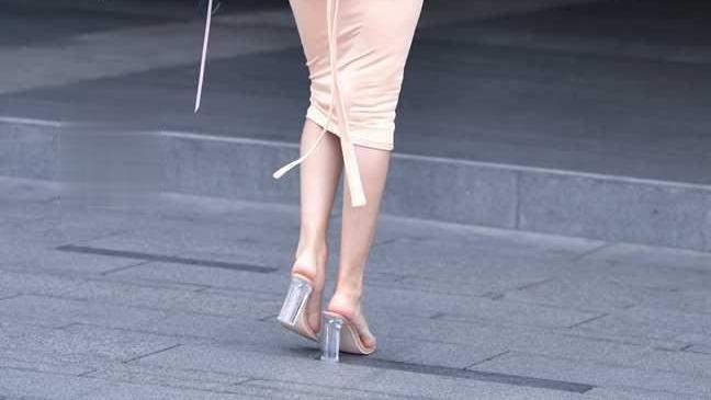 香槟色的连衣裙,搭配着及腰的长发,让整个人更加魅力十足