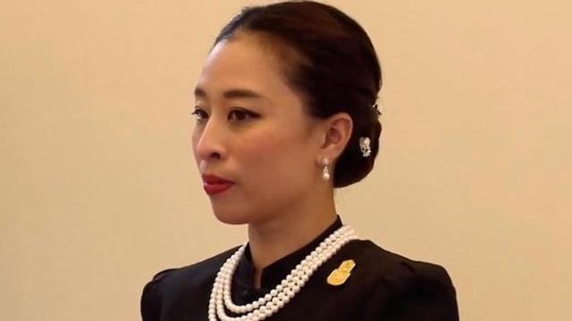 泰国王室嫡系颜值低,思蕊梵戴项链没脖子,连老太后也只是过去式