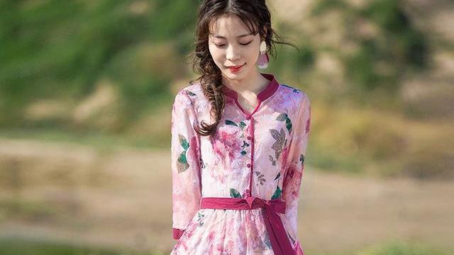 时尚的连衣裙,散发出女人的魅力,多了点俏皮可爱,看上去很有女人味