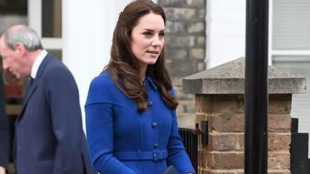 凯特王妃真另类!穿老妈10年前连衣裙做演讲,争做节俭好儿媳