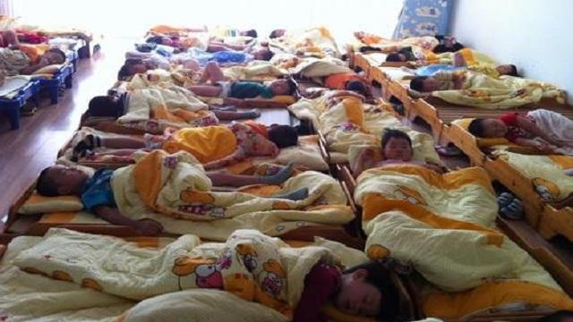 实拍幼儿园孩子午睡,一组图看完才明白,这些衣服真不适合孩子穿