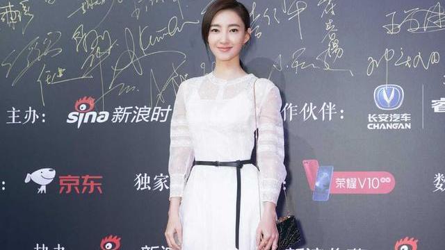 王丽坤晒春装,结合了薄纱设计,展现出了气质感