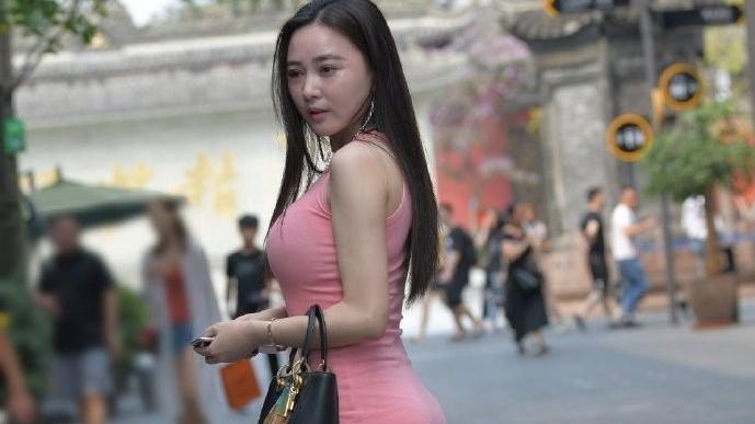 纯棉紧身裙配鱼嘴高跟鞋,夏天嘛,就该穿的简单和任性一点