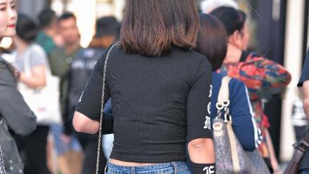黑色莫代尔上衣搭配牛仔裤,舒适透气,独特设计更显青春活力