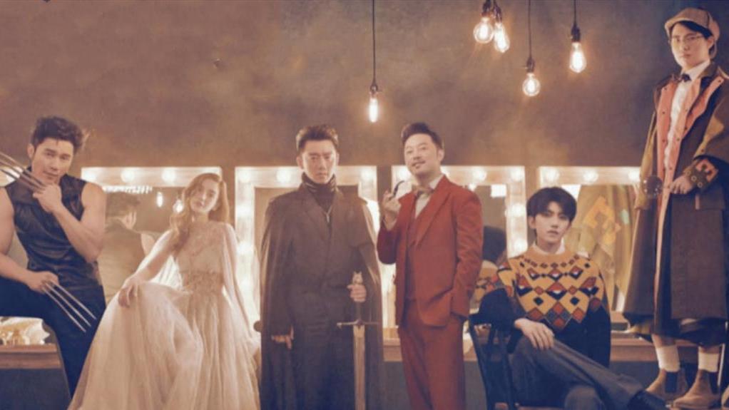 《奔跑吧》创意迎来新高度,蔡徐坤搭配超模何穗展现独特穿搭审美