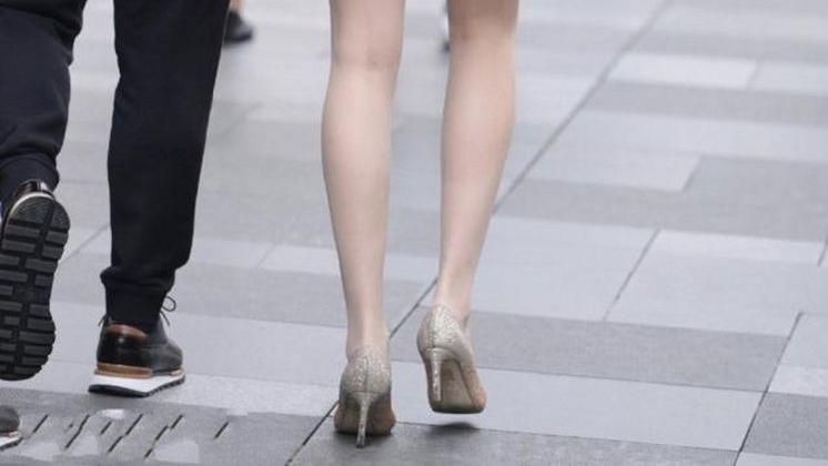 美女一袭披散长发漫步在都市街头的她,具备了几分潇洒自信的气韵