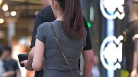 深灰莫代尔短袖搭配刺绣款破洞牛仔裤,款式精致,更显复古气息