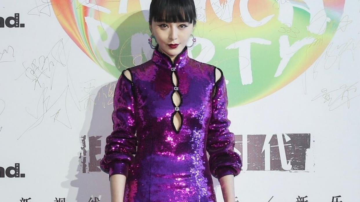 """范冰冰太敢穿,紫色亮片裙配齐刘海气场强大,""""绿色长袜""""好惊艳"""