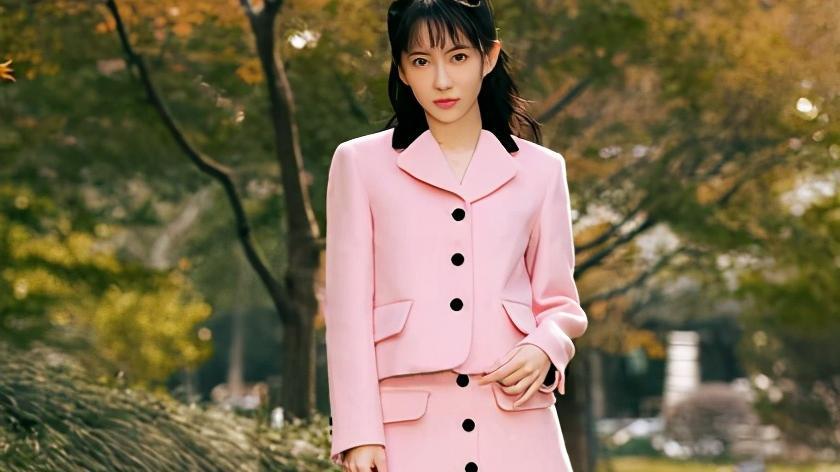 刘萌萌穿粉红套装搭配黑色皮靴,青春有活力,尽显甜美可爱