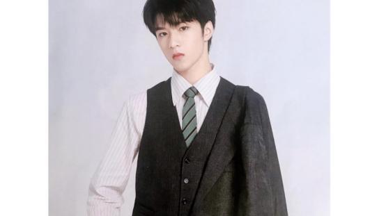 刘耀文细节做得真到位,一身LAYCIGA米白套装配彪马,简直太帅