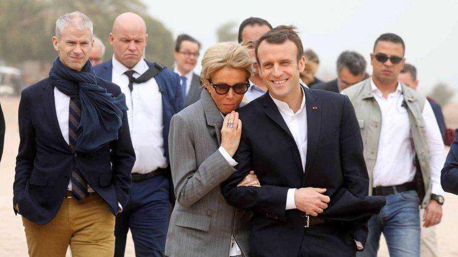 法国夫人是时髦精,67岁穿紧身裤运动鞋,深情拥吻像韩剧女主
