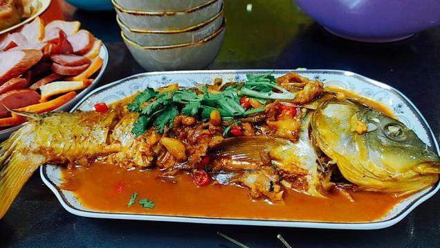 小鱼做酥的比较适合,大鱼做红烧的比较适合