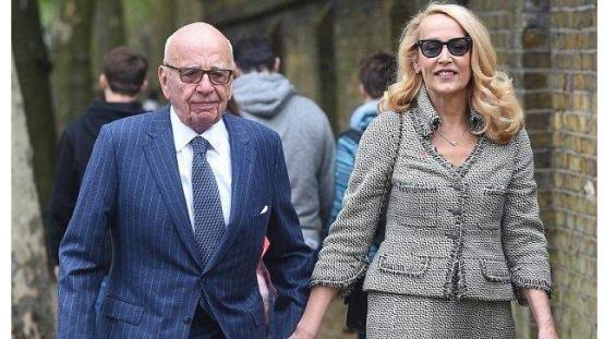 89岁默多克和63岁现任娇妻海边嬉戏,而前妻邓文迪只分了他一亿美金