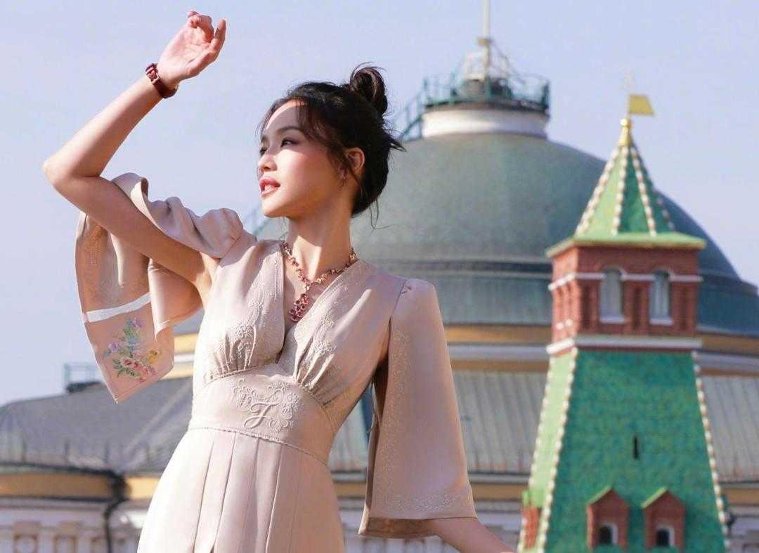 舒淇气质真好,穿一袭淡淡的藕粉色连衣裙,美得清晰脱俗