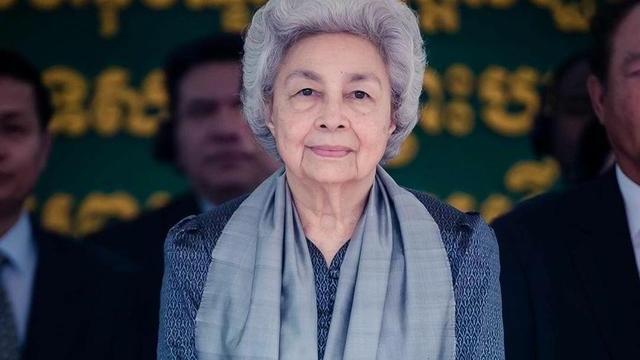 84岁柬埔寨女王不服老!穿搭偏爱蕾丝衣,四国混血被誉亚洲美后