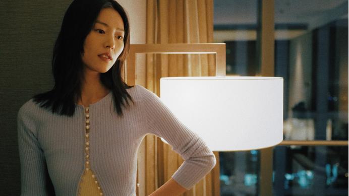 刘雯的高级感不好学,针织衫、棉麻衬衣都能穿出超模既视感,服了