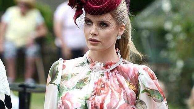 同穿一身印花连衣裙,戴安娜侄女光彩照人,梅根却像裹了层窗帘布
