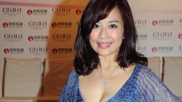 """49岁陈松伶太饱满,蓝色长裙挑战""""大领口"""",丰盈曲线真迷人"""