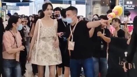 37岁唐嫣近照曝光引热议,手臂粗壮肌肉明显,网友调侃:女版罗晋!