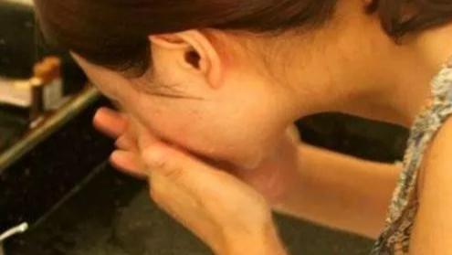 面膜敷完后该不该洗脸,很多人都做错了,怪不得越敷效果越不好