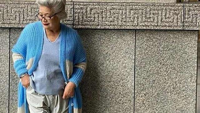 中老年妈妈变老变胖有白发又怎样?照这位80岁奶奶穿,时髦优雅