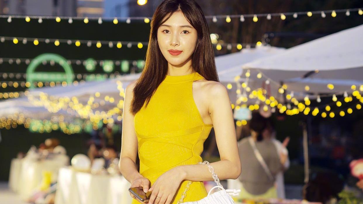 金秋十月,追求时尚的姑娘大胆启用黄色,时髦洋气又好看
