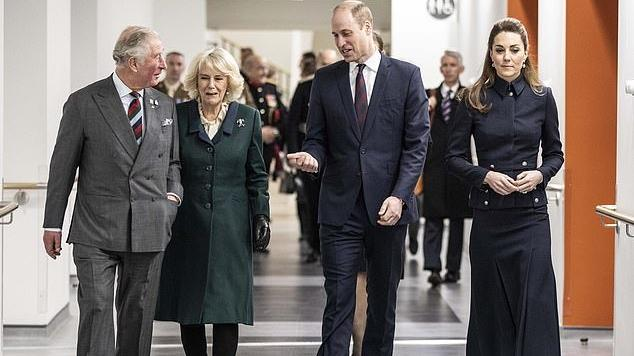 72岁卡米拉穿得好娇俏!蓝白百褶裙超级显嫩,配小羊皮靴高贵极了