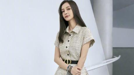 杨颖这身少女感造型太甜了,粉红色连衣裙+小发夹,好美啊