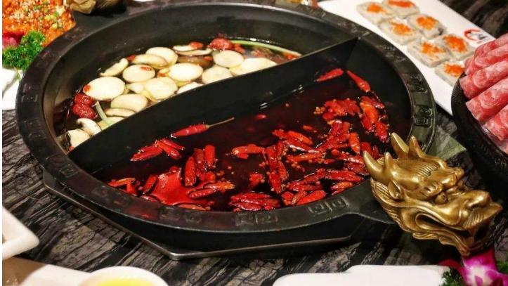 成都火锅更辣,重庆火锅又麻又辣,那么你更爱吃哪一种呢?