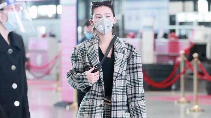 田朴珺真有女企业家风范,真空穿紫色西装套装亮相,贵族气息优越