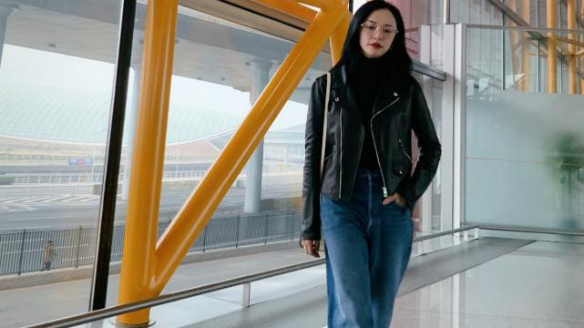 姚晨的穿搭很高级,黑色西装搭配皮革半身裙,诠释了中年女性的美