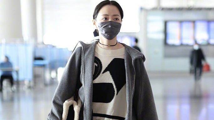 张靓颖机场穿搭由着性子来,灰色外套配超宽松毛衣,素颜真有精神