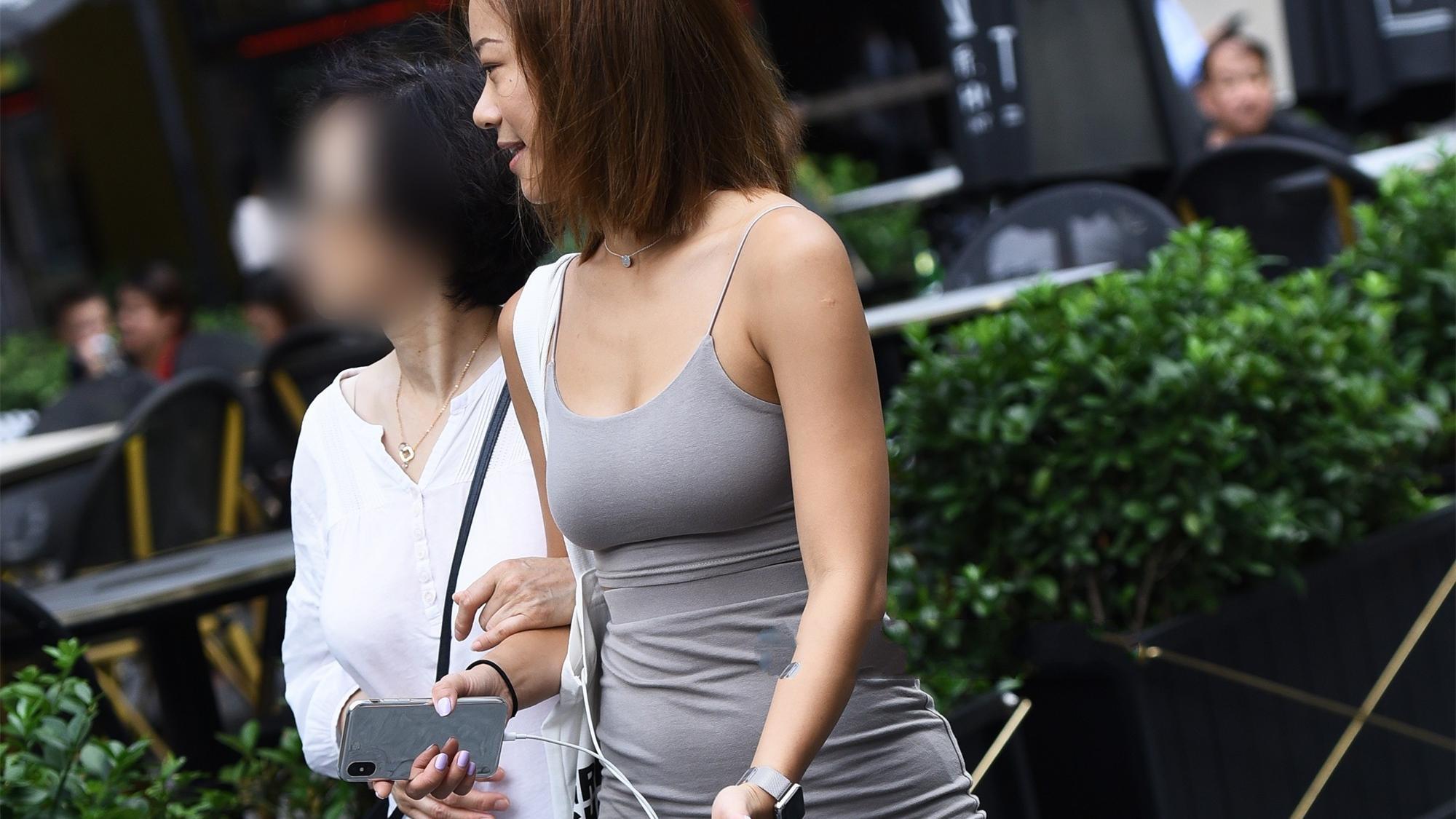 选择休闲运动风的裙子,灰色的吊带两件套裙子,时尚又低调