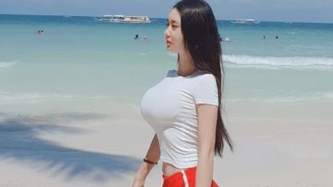 白色T恤搭配红色短裤,完美身材,清凉透气